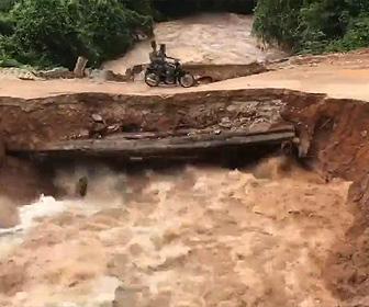 【動画】洪水により橋が崩壊。橋を渡る2人乗りバイクが濁流に流されてしまう衝撃事故映像