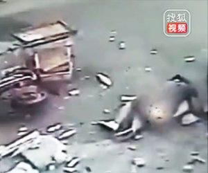 【動画】建物の外壁が落下し子供を抱く母親に直撃してしまう衝撃映像