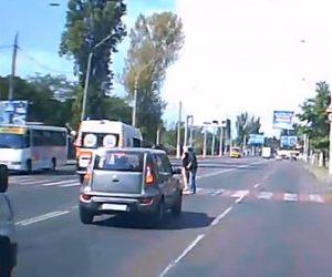 【動画】横断歩道で車が止まり道を譲られた歩行者が横断歩道を渡るが救急車が突っ込んでしまう衝撃事故