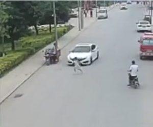 【動画】道に飛び出した6歳少女が猛スピードの車にはね飛ばされてしまう衝撃事故映像