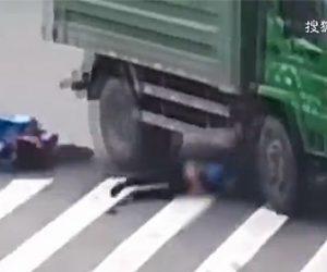【動画】右折するダンプカーがバイクを巻き込む。ヘルメットをしていたおかげで頭を潰されず命が助かる。