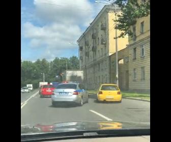 【動画】間抜けすぎる警察。逃げる車を警察が必死に追うが…