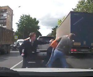 【動画】ロードレイジで激しい殴り合い。男2人が車から降り向かって来るが1人で立ち向かう男性
