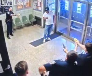 【動画】駅の待合室にナイフを持った精神病の男が現れ警察官にテイザー銃で撃たれる衝撃映像