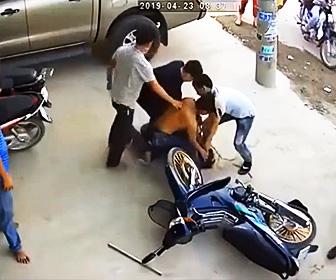 【動画】スクーターを盗もうとした泥棒に気づき、逃げる泥棒を捕まえて縛り上げる衝撃映像