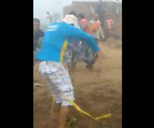 【動画】足に絡まったメジャーにビビりまくる男性