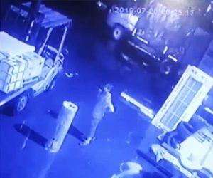 【動画】建物の外壁が落下し男性に直撃してしまう衝撃映像
