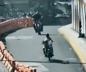 【動画】猛スピードのバイク2台が同じ方向に避け正面衝突してしまう衝撃事故映像
