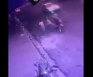 【動画】バイクでひったくり。バイクは道を歩く女性をはね飛ばしながら財布を奪う衝撃映像。