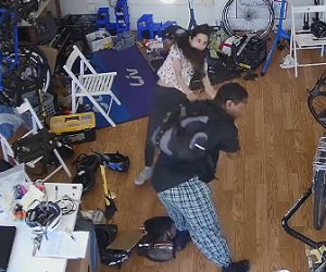 【動画】自転車屋に強盗が現れ店主の女性を投げ飛ばし自転車を持ち去る衝撃映像