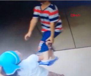 【動画】エレベーターに乗る少年。首に繋いだロープがドアに挟まったままエレベーターが動き出し…