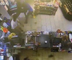 【動画】コンビニに武装強盗が現れるが客の親子が必死に立ち向かい撃退する衝撃位映像