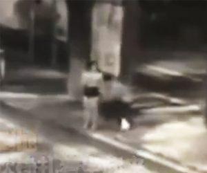【動画】女性に背後から近づき刃物で女性の太ももを刺し走って逃げる男