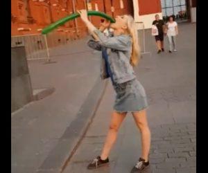 【動画】美女が長い風船を口から飲み込み膨らんだ風船を吐き出す衝撃映像