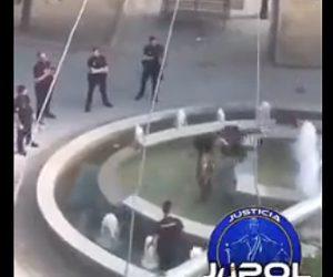 【動画】公園の噴水内にいるマチェーテを持った男に警察官が強烈なタックルを食らわす衝撃映像