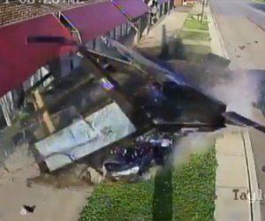 【動画】猛スピードの車がバス停に突っ込みバス停を破壊してしまう衝撃映像