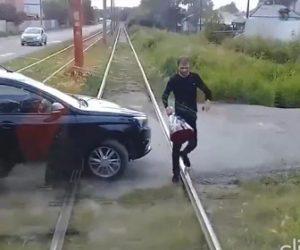 【動画】路面電車の進路を遮り電車に乗っている女性に花束を渡す男