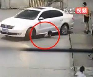 【動画】道を歩く4歳少女が運転手に気付かれず車に轢かれてしまう衝撃映像