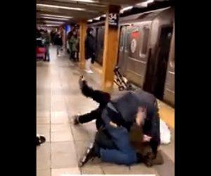 【動画】電車のドアが閉まる瞬間、唾を吐きかけた男。吐きかけられた男性がドアをこじ開け…
