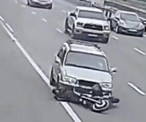 【動画】高速道路でバイクが後ろから猛スピードの車に轢かれライダーを引きずったまま走り続ける