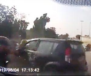 【動画】車道で止まっている車に後続の車が激突しバイクが次々と突っ込んでしまう衝撃事故映像