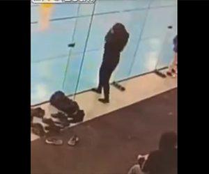 【動画】入口と間違い透明のガラスに3回ぶつかってしまう女性