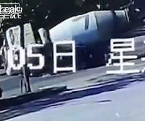 【動画】スクーターを避けようとしたミキサー車が横転しSUV車を押し潰してしまう恐ろしい事故映像