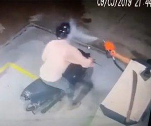 【動画】ガソリンスタンドに強盗が現れるが店員が強盗にガソリンをかけまくり撃退する