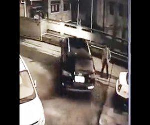 【動画】男性に誘導され駐車場から車が出ようとするが大変な事になってしまう