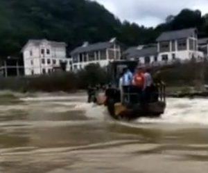 【動画】フロントローダーに人を乗せ川を渡ろうとするが横転してしまい…