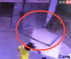 【動画】強風で落下した看板が犬の散歩している少女の頭に直撃してしまう衝撃映像