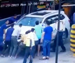 【動画】大勢で車を動かそうとするが車が急発進し数人が轢かれてしまう衝撃映像