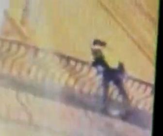 【動画】カップルが橋の上で情熱的なキスをするが恐ろしい事になってしまう衝撃映像