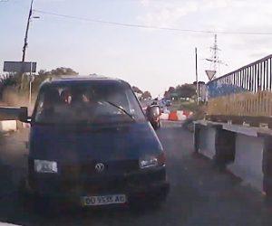 【動画】狭い橋を飲酒運転の対向車が猛スピードのバイクが突っ込んで来る衝撃映像