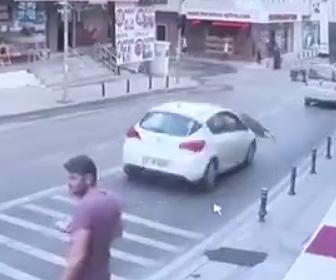 【動画】4階の窓掃除をしている女性が下を走っている車の上に落下する衝撃映像