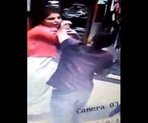 【動画】刃物を持った強盗が店内で女性に襲いかかる衝撃映像