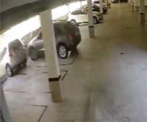 【動画】立体駐車場で猛スピードで壁に激突し下に落下してしまう車