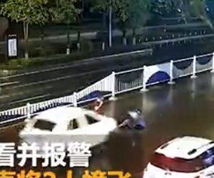 【動画】傘をさし車道を歩く男性が車に轢かれ、助けにきた通行人も後続車にはね飛ばされる衝撃事故映像