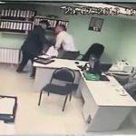 【動画】仕事をクビになった男がナイフで元上司に襲いかかる衝撃映像