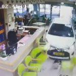 【動画】74歳おばあさんが運転する車が老人ホームのロビーに突っ込んで来る衝撃映像