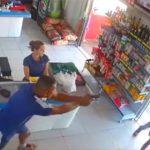 【動画】非番の警察官がレジの可愛い女性と話している所に強盗が現れる…