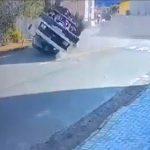 【動画】猛スピードのトラックが交差点を曲がりきれず横転してしまう衝撃事故