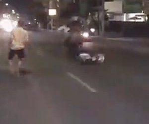 【動画】酔っぱらった男が走っているバイクや車に飛びかかる衝撃映像