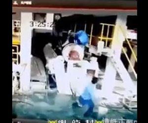 【動画】作業員が回転する機械に巻き込まれてしまう衝撃事故映像