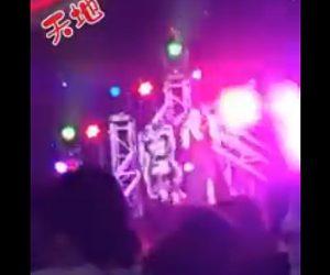 【動画】ステージで歌う女性に強風で倒れたステージセットが直撃してしまう衝撃映像