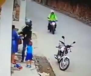 【動画】バイクで現れた強盗が母親から金品を奪うが後ろからバイクで警察官が現れ…