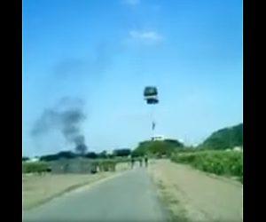 【動画】士官候補生がヘリコプターからパラシュート降下訓練をするが着地に失敗し…