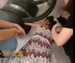 【動画】5歳の少女がエスカレーターの手すりから手を放さず手を巻き込まれてしまう衝撃映像