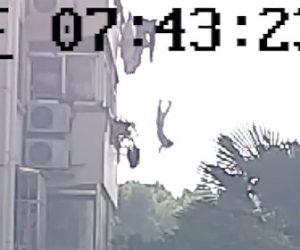 【動画】バルコニー5階から少年が落下。警備員が必死に走って受け止める衝撃映像