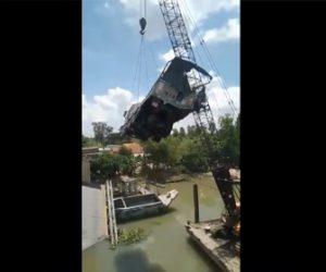 【動画】橋から転落した大型トラックをクレーンで引き上げるが重過ぎて…